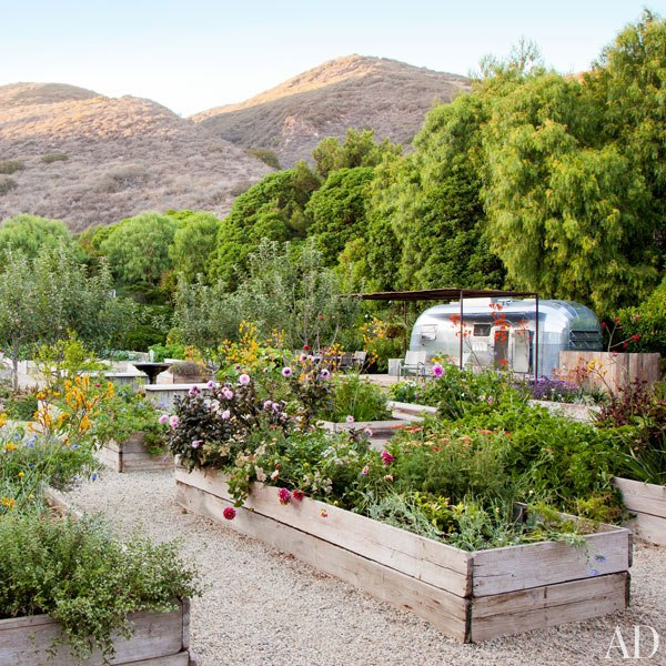 item6_rendition_slideshowWideVertical_patrick-dempsey-malibu-home-11-gardens-airstream-trailer